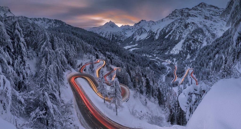 Panorama delle scie luminose delle auto, Passo Maloja, Svizzera